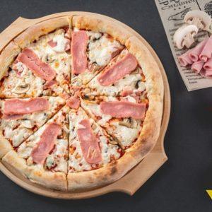 Пицца с нежнейшим маскарпоне и лоскутками итальянской прошутто.